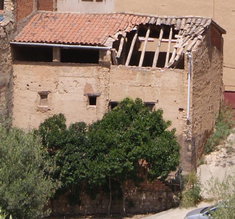 S'esfondra la teulada d'una casa del carrer de Baix