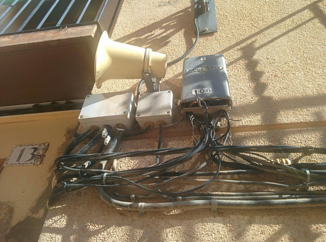 El lamentable estat del cablejat elèctric i telefònic