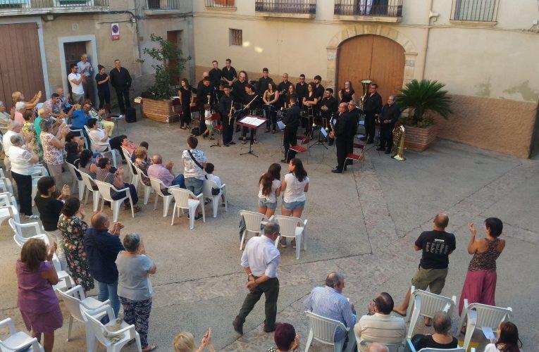 La banda La Ginesta fa posar el públic dempeus