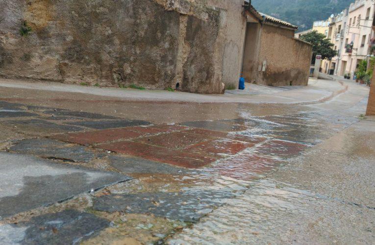 Dues fuites més d'aigua, als carrers Balmes i Tossal