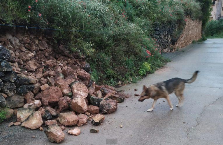 Cau un marge de l'accés a l'aparcament del Tossal per la pluja